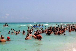 Playa Haulover trata de romper récord Guiness con el mayor número de bañ...