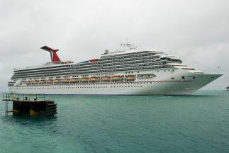 El barco se encuentra anclado en la isla San Martín y los pasajeros se e...