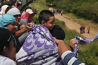 Cientos de inmigrantes viajan a bordo de La Bestia rumbo al norte de Méx...