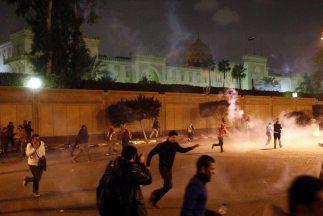La policía egipcia usó gases lacrimógenos para intentar dispersar a mani...