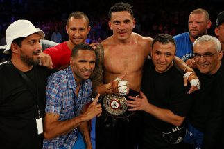 Sonny Bill Williams es alzado por Anthony Mundine y Quade Cooper luego d...
