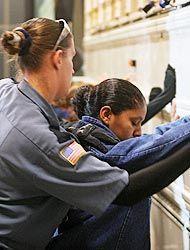 Cientos de activistas piden a gobernadora de Arizona que vete ley antiin...