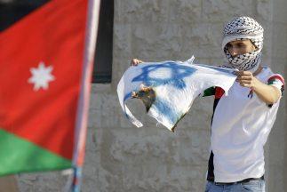 La delegación palestina que participa en negociaciones con Israel en El...