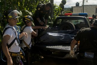 Los cuerpos de socorro de Guatemala hallaron a un niño de tres años junt...