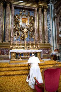 El Papa Francisco reza a los pies de la Virgen maría en la principal bas...