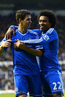 El brasileño Oscar festejando con su compatriota Willian luego de marcar...