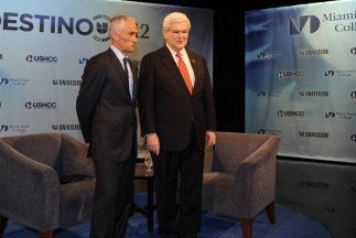 El periodista Jorge Ramos y el precandidato presidencial a la nominación...