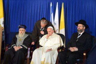 El papa Francisco sentado junto al jefe sefardí israelí, Shlomo Amar (iz...