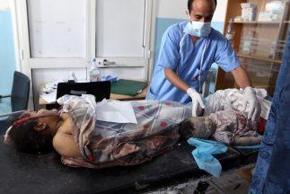 Un médico acomoda en una camilla los cuerpos de una mujer un niño fallec...