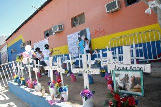 Para recordar a las víctimas del incendio, se realizó una vigilia afuera...