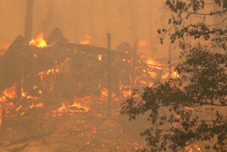 Incendio cerca de Yosemite provoca el cierre de vialidades.