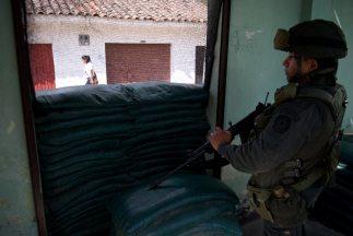 La policía capturó a un presunto miembro de las FARC sobre quien dice pe...