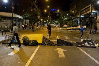Las barricadas consisten fundamentalmente en basura, escombros y rejas d...