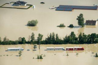 Cuentan 8 muertos y más de 19 mil evacuados por el desbordamiento de río...