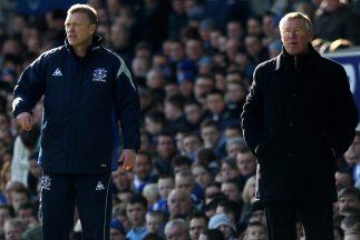 Moyes y Ferguson en las áreas técnicas durante un partido entre Everton...
