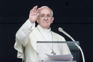 El Papa Francisco bendice a los fieles al término del rezo del Angelus e...
