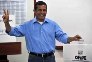 El candidato Ollanta Humala al momento de votar.