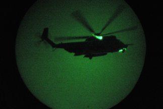Dos helicópteros de los Navy SEALs descendieron sobre el techo de la man...