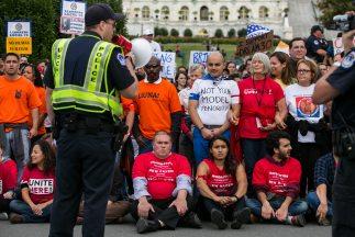 Los activistas fueron detenidos con cargos de no obedecer a una orden lí...