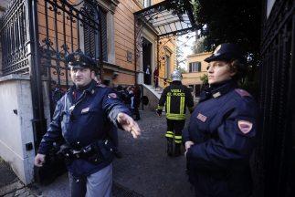 La policía de Roma revisa todas las embajadas luego de sendas bombas que...