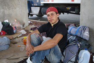 Cientos de migrantes arriesgan a diario sus vidas viajando desde Centroa...