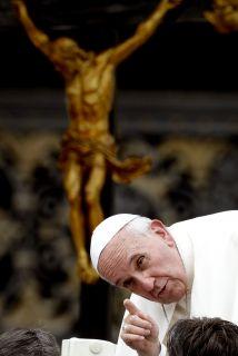 El Papa Francisco se inclina para hablar con fieles en la Basílica de Sa...