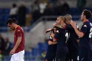Pablo Daniel Osvaldo marcha cabizbajo ante la celebración del Cagliari.