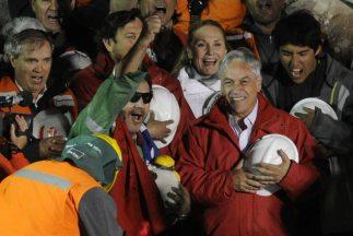 El minero Luis Urzúa fue el último de los 33 minero en ser rescatado en...