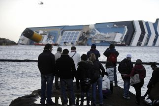 Los servicios de rescate italianos localizaron el sábado el cadáver de u...