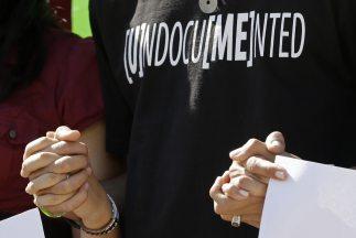 Activistas que respaldan la reforma migratoria durante una manifestación...