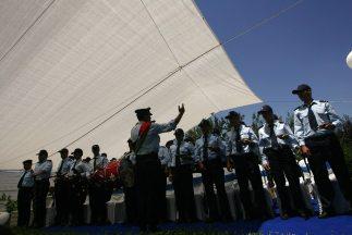 Los ocho policías condecorados encontraron el dinero en un área rural y...