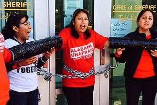 Activistas encadenados en la entrada del centro de detención de inmigran...