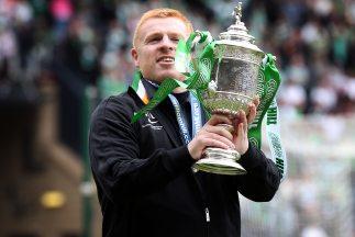 El entrenador Neil lennon sostiene el trofeo de la Copa escocesa, con la...