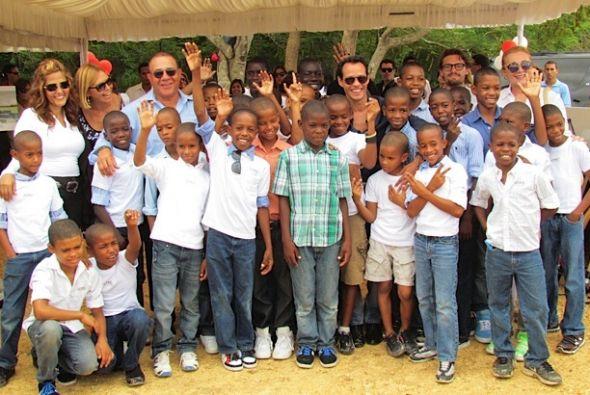 Marc Anthony y el empresario Henry Santos con los niños del orfanato en...