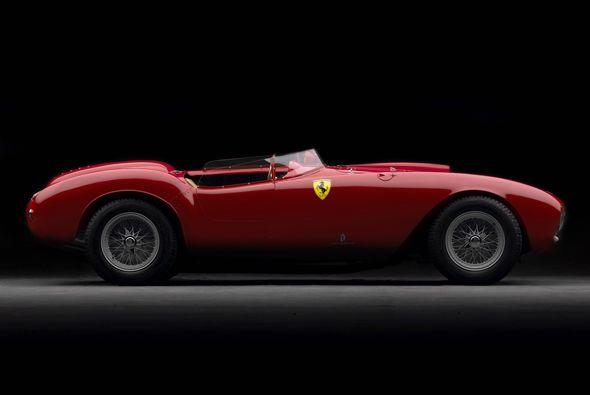 Un Ferrari 375 Plus 1954 rompió el récord de venta en una subasta al ser...