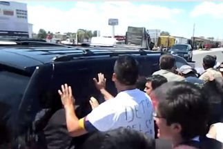 Un grupo de inconformes agregió el convoy de Enrique Peña Nieto en el m...