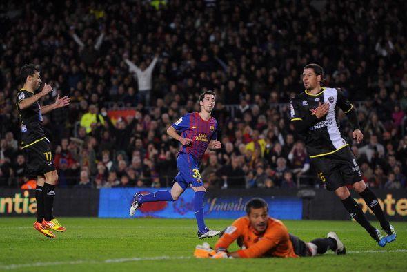 Luego de una muy buena jugada colectiva del Barcelona, Isaac Cuenca defi...