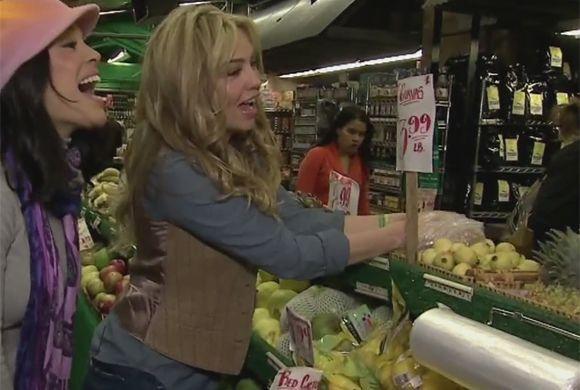 Thalía llevó a Karla a uno de sus lugares favoritos, un mercado donde en...