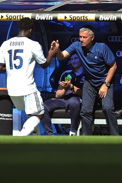 Essien completó la cuenta del Real Madrid y lo celebró con Mourinho.