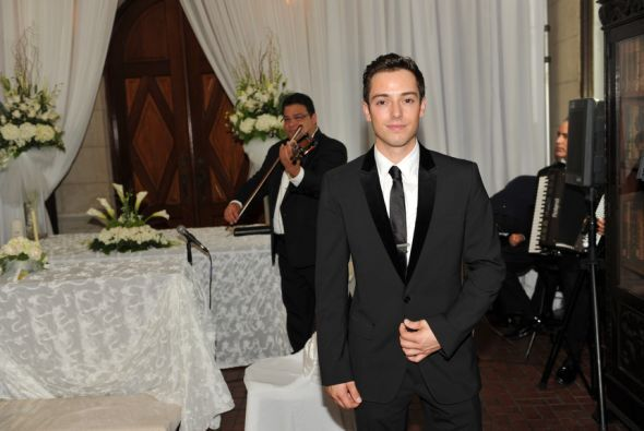PeWee y Yairé cantaron 'From this moment' a los novios.