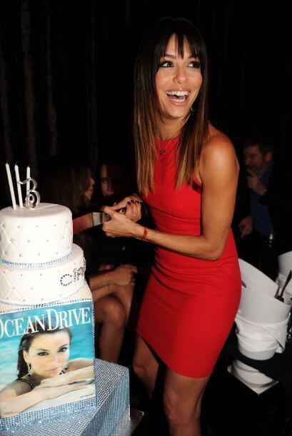 La misma Eva fue la encargada de partir el cake. Más videos de Chismes a...