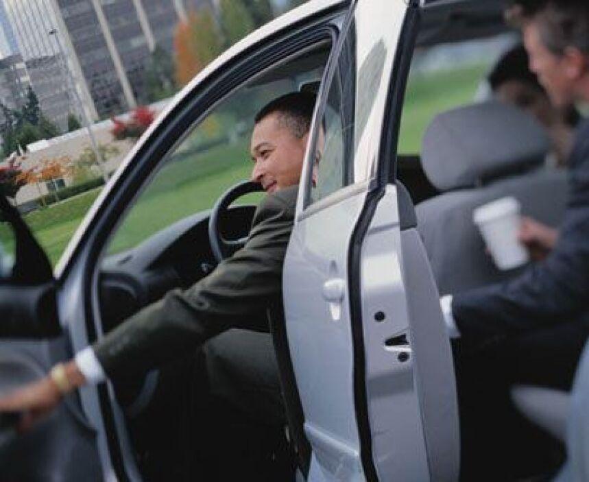 2. Usa transporte público o haz carpool para ir a trabajarIncluso si lo...