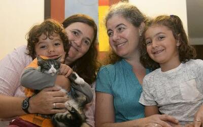 Se abre una puerta en Colombia para que parejas del mismo sexo adopten n...