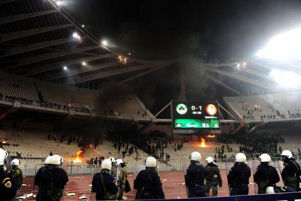 La policía tuvo que ver fuego en Atenas, esta imágenes no las queremos v...