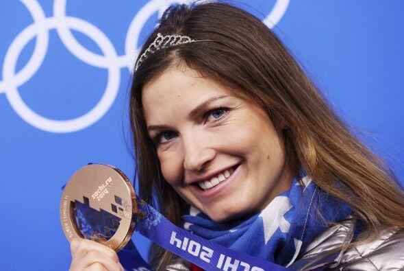 La esquiadora estadounidense Julia Mancuso celebra en el podio la medall...