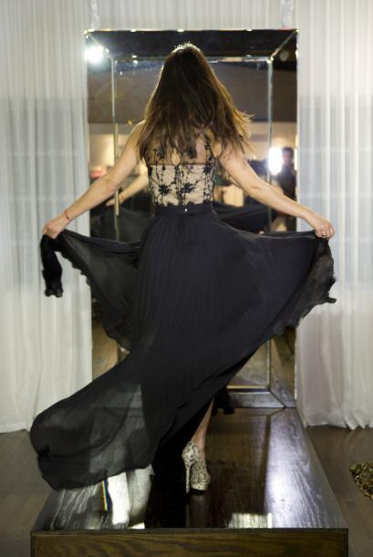Por atrás el vestido se ve de lo más elegante.
