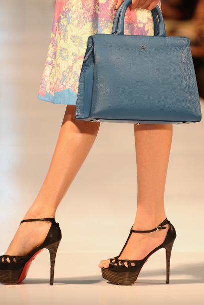Para un toque mucho más serio o formal, tonos como el azul o el vino pod...
