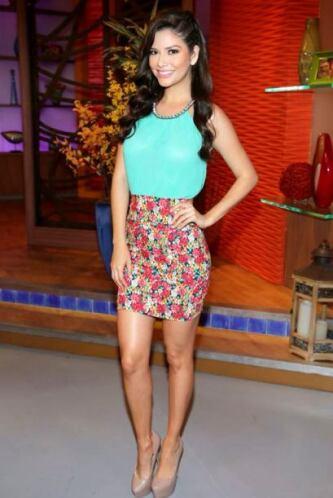 Marzo 6, 2014: Una linda falda floreada es ideal para usar con blusa lisa.