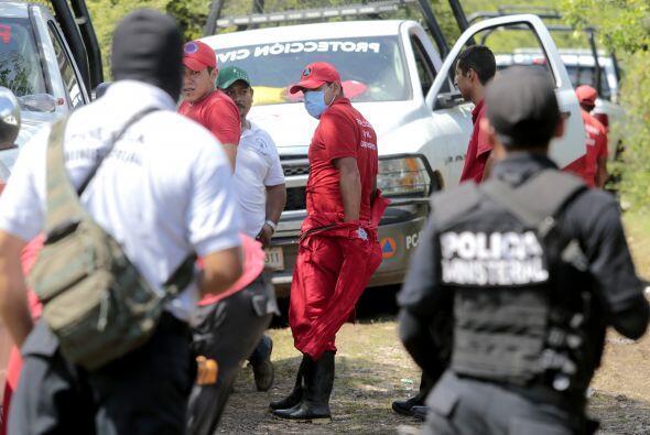 Protección Civil y médicos forenses trabajaban en exhumar los cadáveres.