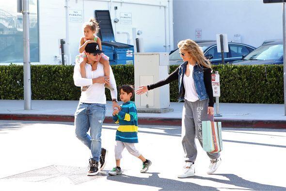Más fotos de los famosos y los gemelos de shopping por Beverly Hills. Mi...